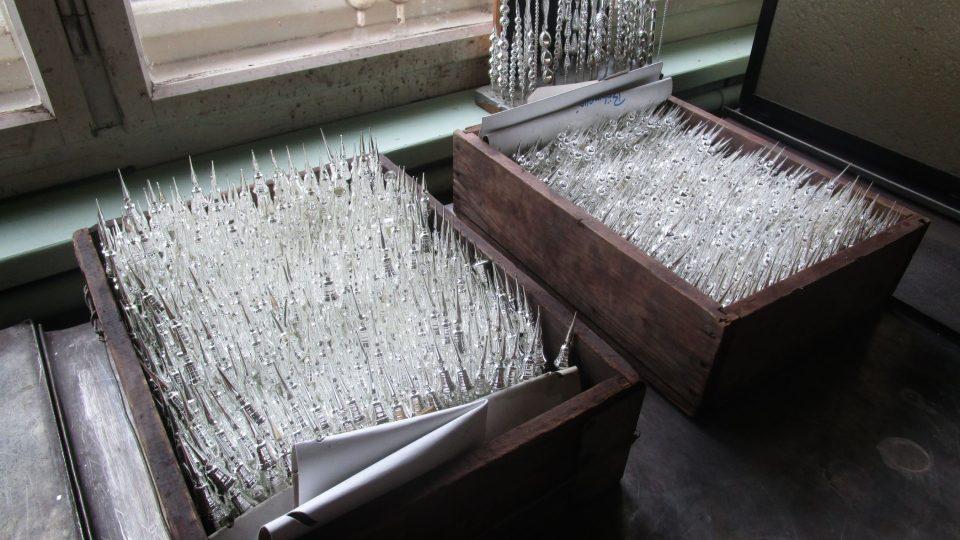 Další fází výroby a návštěvní zastávkou je stříbřírna, tedy místnost, ve které se obyčejné průhledné skleněné klauče proměňují ve stříbrně lesklé
