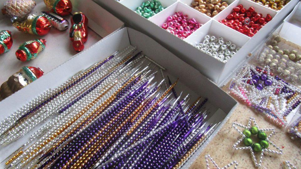 Jednou z posledních fází zrodu drobných ozdob je místnost, kde se z klaučat odřezávají jednotlivé perly, hezky kus po kuse