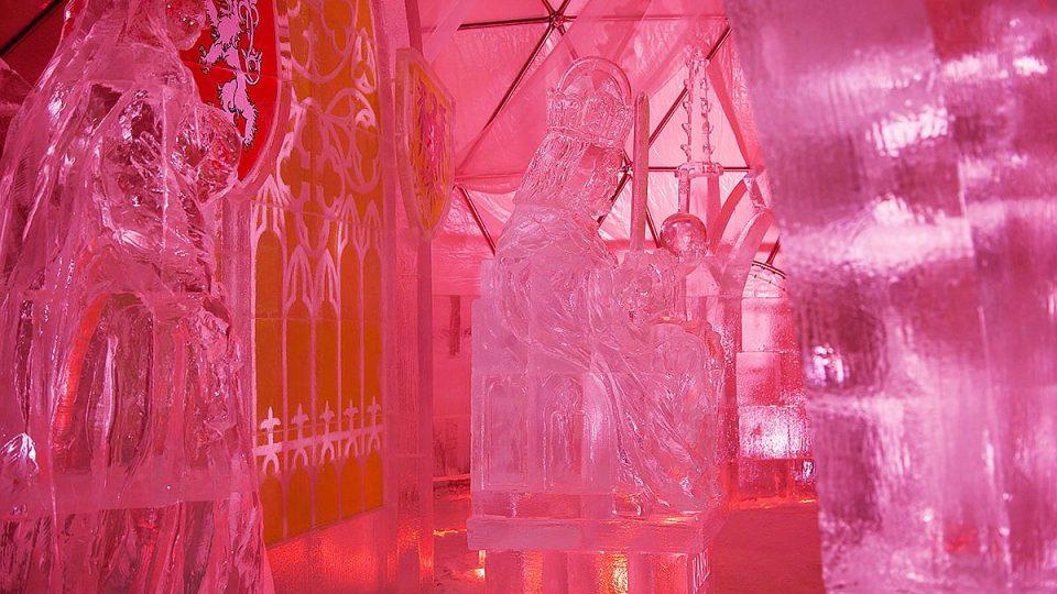 Návštěvníky Špindlerova Mlýna čeká zajímavá atrakce - pokud budou chtít, mohou se novou lanovkou nechat vyvézt k unikátnímu ledáriu, ve kterém uvidí sochy z ledu