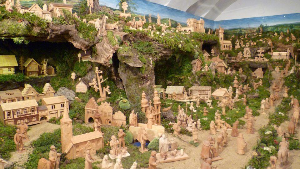 Rozsáhlý betlém v expozici v Schumpeterově domě. Každý rok do něj přibývají figurky na třešťském Dřevořezání