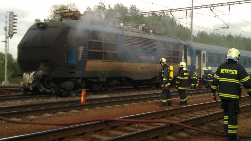 Hasiči z Ostřetína při zásahu u požáru lokomotivy ve stanici Uhersko
