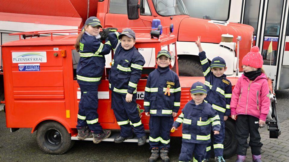 Za přispění peněz z Plzeňského kraje se v listopadu roku 2011 podařilo vybavit předškolní třídu oblečením a hasičským inventářem; zrodili se tak Soptíci