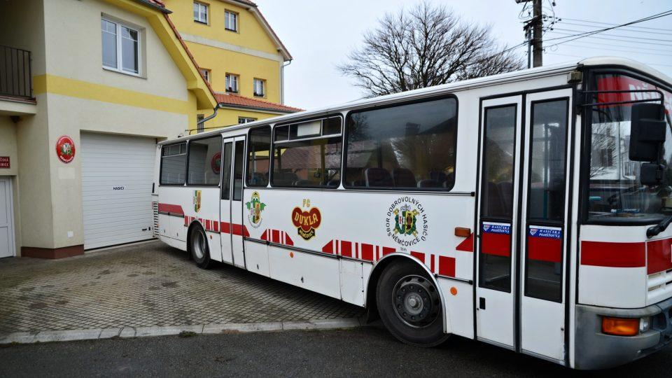 Součástí hasičského vozového parku je i autobus, který umožňuje přepravu na požářiště i na závody a přehlídky