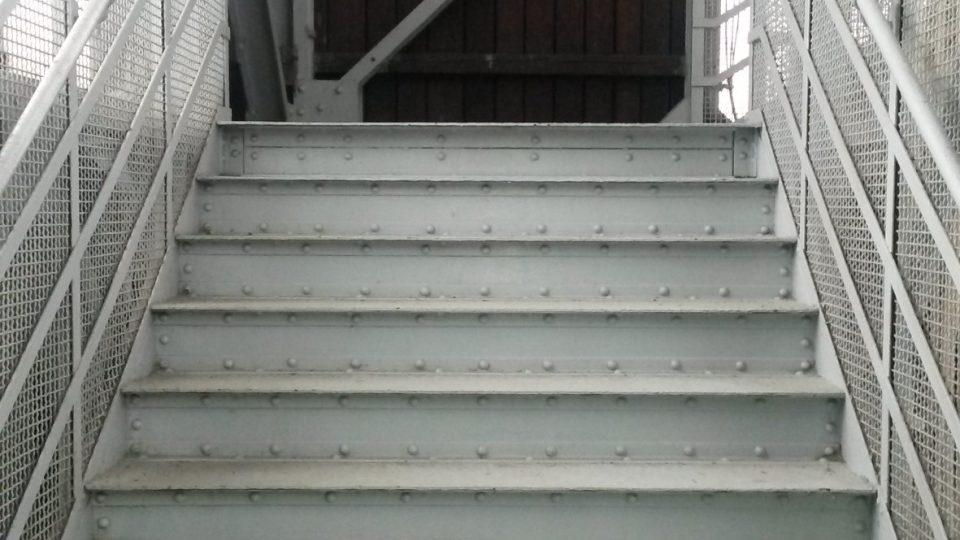 Na věž vedou také schody