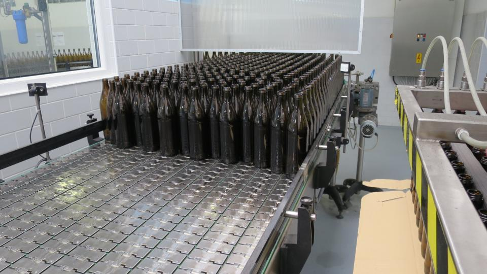 Zatímco většina ostatních firem v oboru v posledních letech přešla na lehčí lahve plastové, v Luhačovicích se stáčejí stále do skla