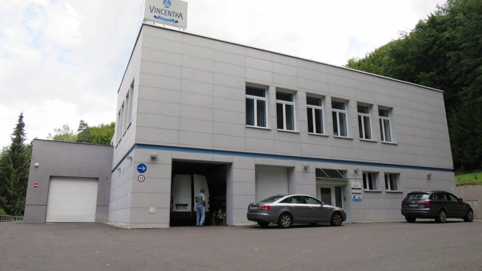Stáčírnu Vincentky, která je kousek nad kolonádou, provozují Šumšalovi od roku 1997