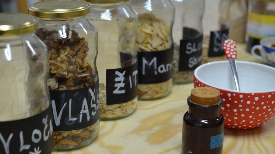 1. Recept na přípravu jednoduché kaše - nejprve shromáždíme potřebné suroviny, šálek a lžičku