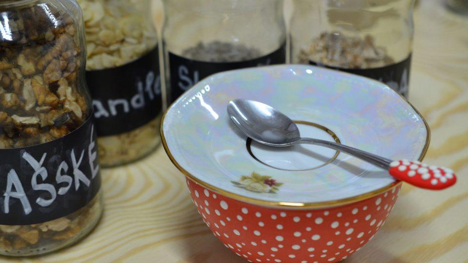 4. Přidáme špetku soli (pro zvýraznění chuti) a pod talířkem necháme 10 minut odstát
