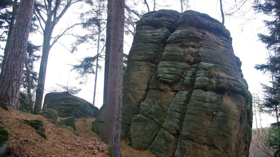 Sedm skal má také zvláštní zasmušilou atmosféru