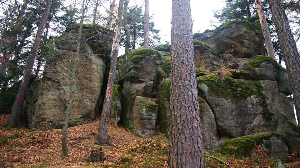 Skalní hradba je opravdu mohutná, dosahuje výšky asi osmi metrů