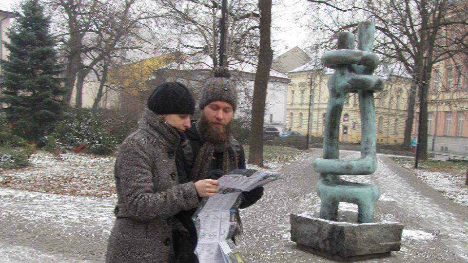 Ilona Rozehnalová a Jakub Ivánek s mapou 'Ostravských soch' u Milenců Maria Kotrby v Husově sadu