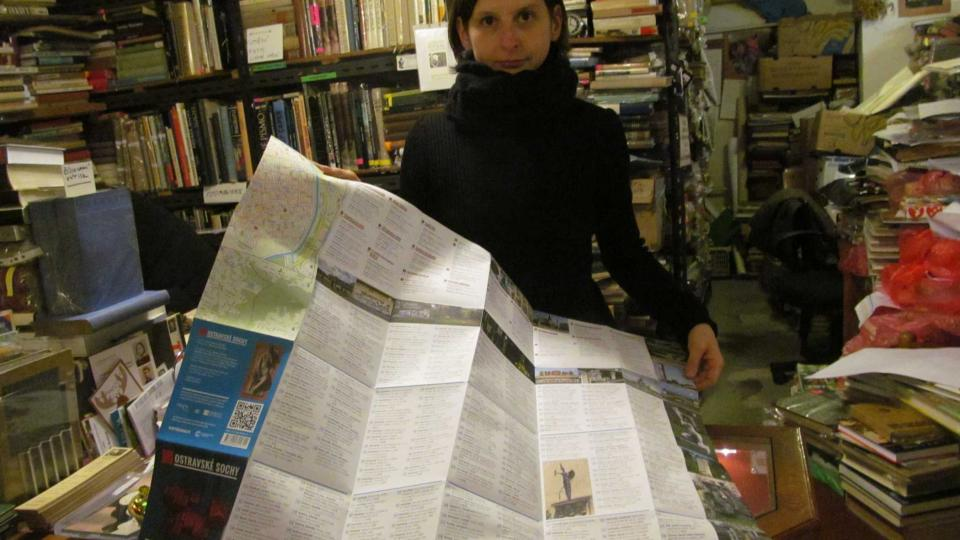 Ilona Rozehnalová s mapou Ostravských soch
