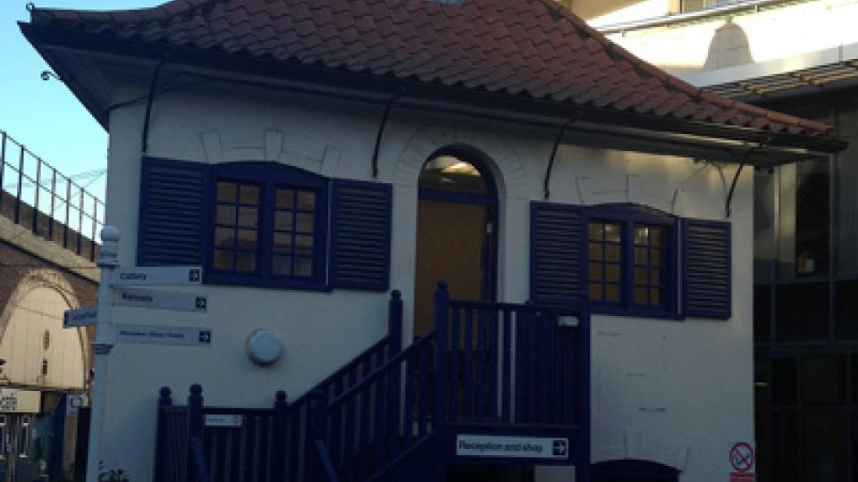 Útulek Battersea Dogs and Cats Home, který má dvě další pobočky a zaměstnává celkem 365 lidí