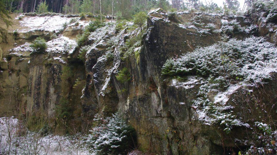 Horní vrstvy pískovce nejsou pro kamenickou výrobu vhodné