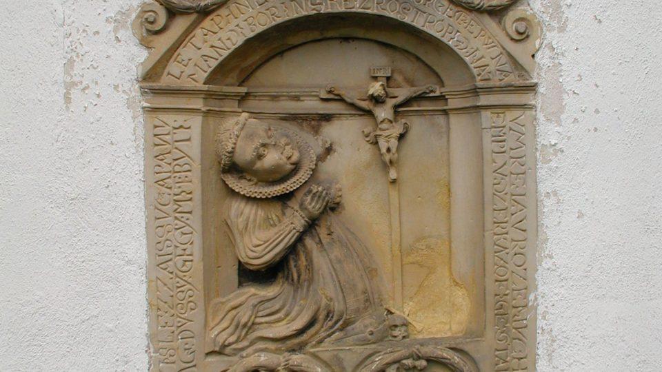 Jeden z nejstarších pískovcových náhrobku patří Mandě Borynské z Roztropic a najdeme jej na zadní straně maletínského kostela. Pochází z roku 1589