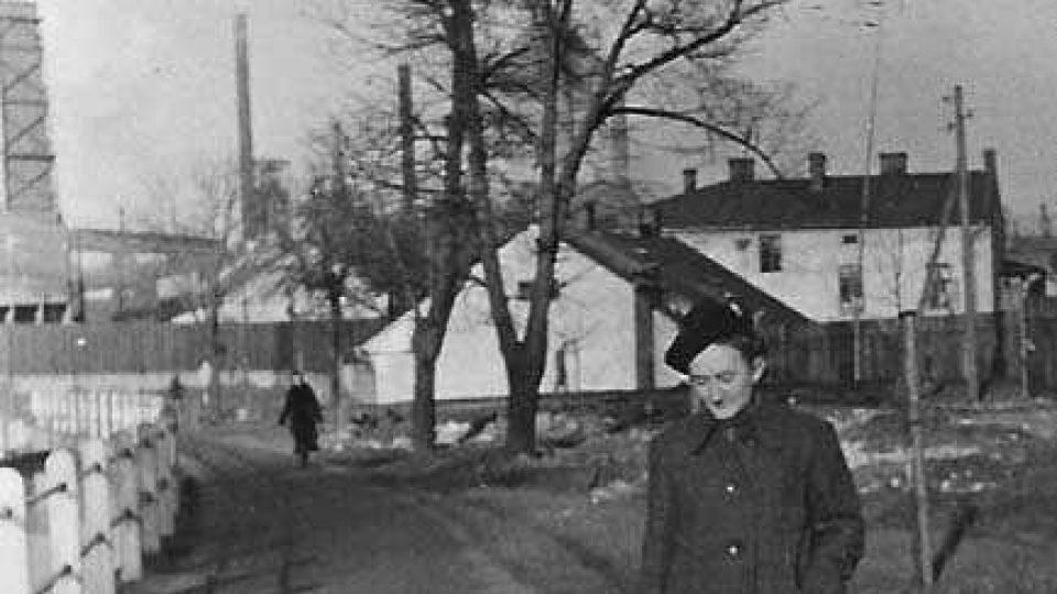 Maminka Lenky Kocierzové, v pozadí možná dům, kde se narodila Jožka Jabůrková