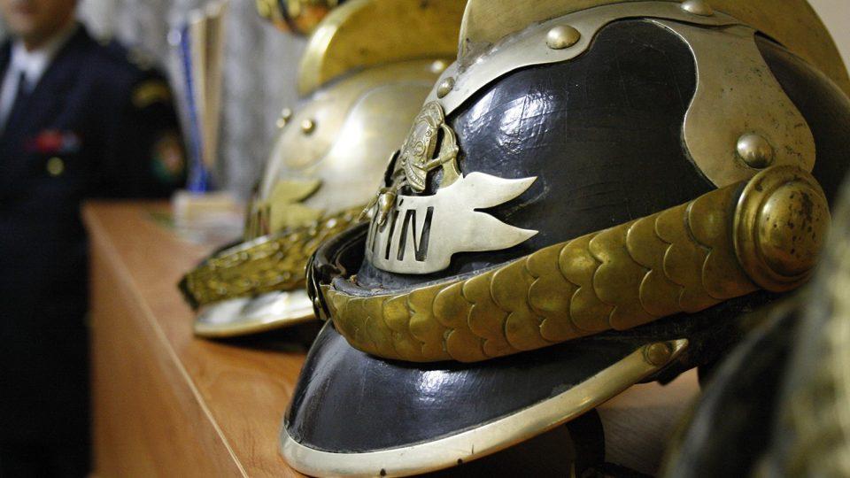 Hasiči z Trpína opatrují i historické velitelské přilby