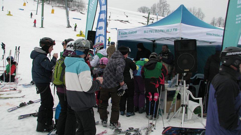 Horkou čokoládu, písničky a běžecké lyže přivezeme lyžařům přímo na svahy!