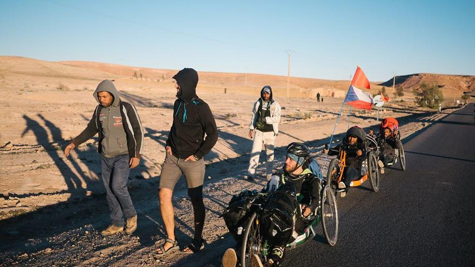 Jiří Čeloud, Martin Matěj a Pavel Přichystal projeli na handbicích Maroko. Na speciálně upravených kolech se šlape rukama