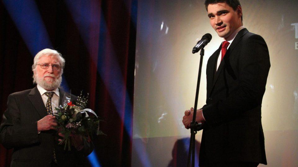 Cenu Václava Havla si odnesl moderátor Daniel Stach za pořad Hyde Park Civilizace.
