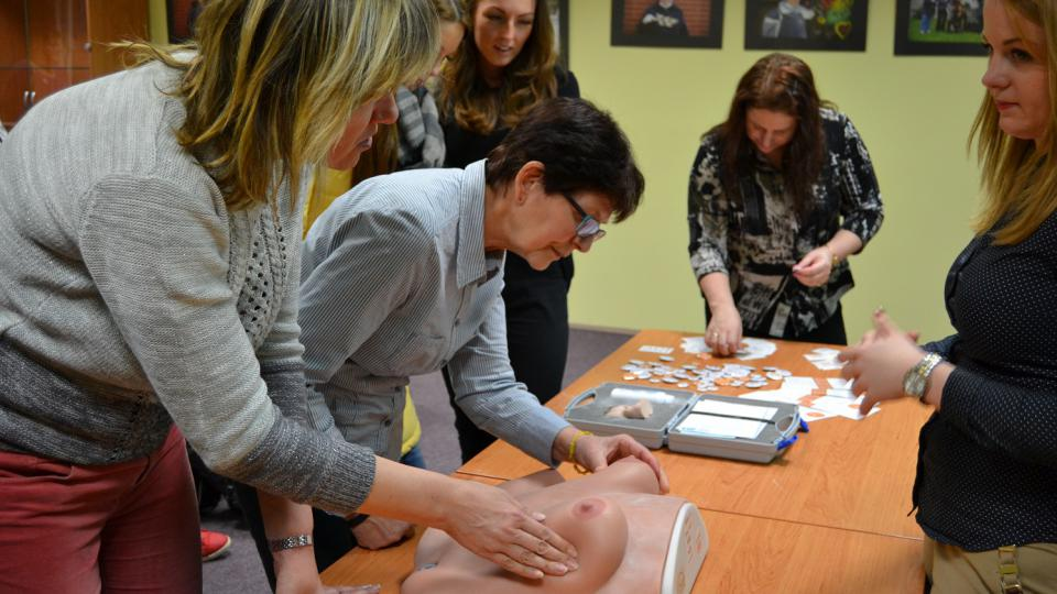 Ženy z publika dostaly příležitost si vyšetření prsou na modelu samy vyzkoušet