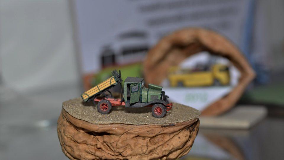 Miniaturní modely z papíru se vejdou do skořápky ořechu