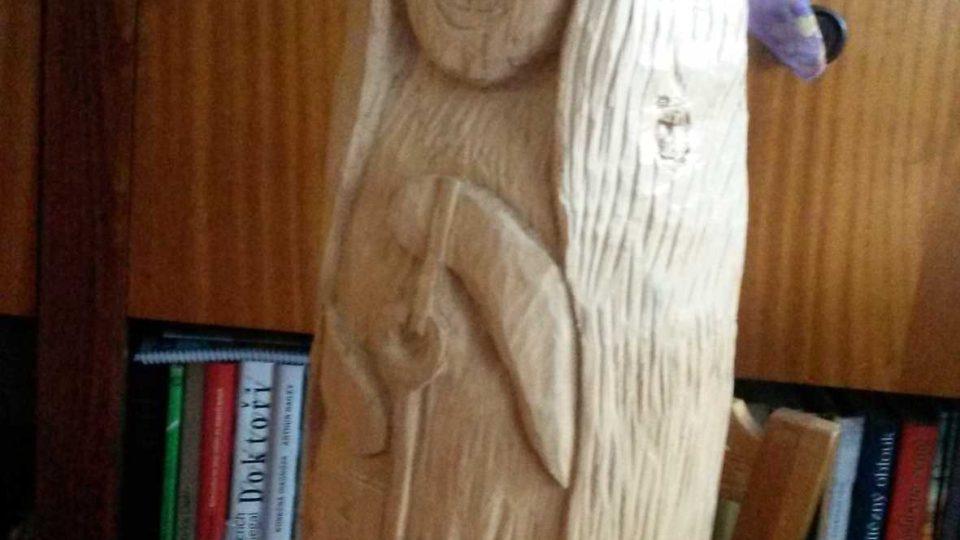 Paní Knápková pracuje s lipovým dřevem