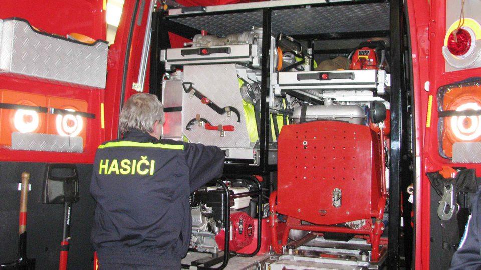 SDH Černovír má v zásahovém voze speciální protipovodňové kontejnery Foto Iva Janoušková Deník.jpg