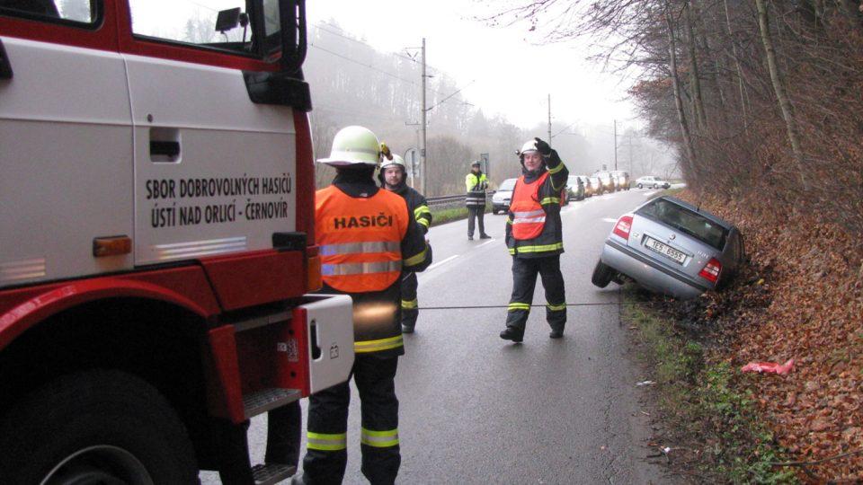 Vytahování osobního vozidla, silnice č.360 u Černovíru (2009)