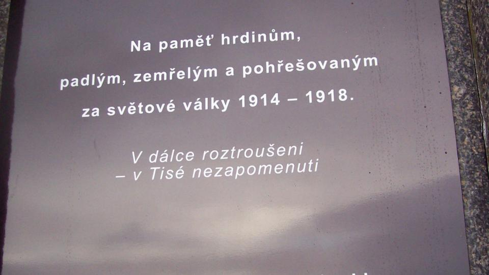 Nově se nainstalovala pamětní deska s česko-německým nápisem