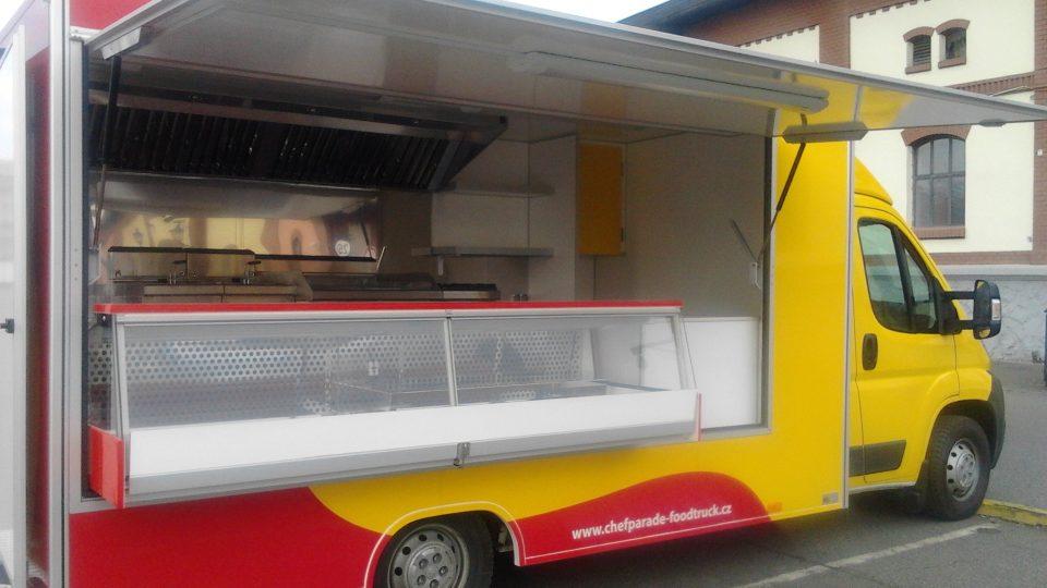 Ve foodtrucku je sporák, gril, fritézy, chladničky, dřez a další potřebné vybavení