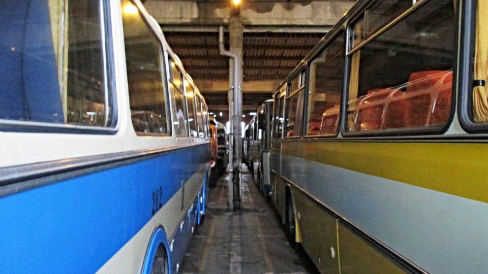 V bývalých kasárnách ve Strašicích našly svůj domov desítky vysloužilých trolejbusů a autobusů