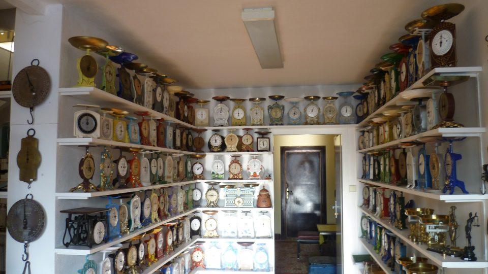 Jedna z místností muzea vah