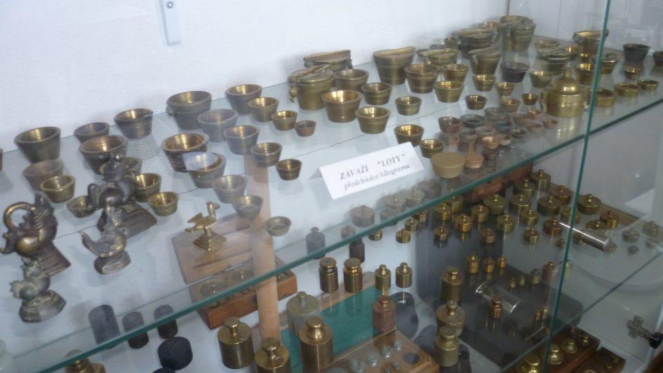 Součástí muzea je i vitrína se závažími. Miroslav Moravec tu má jak známá mosazná ke kuchyňským vahám, tak i větší železná s oky na přenášení