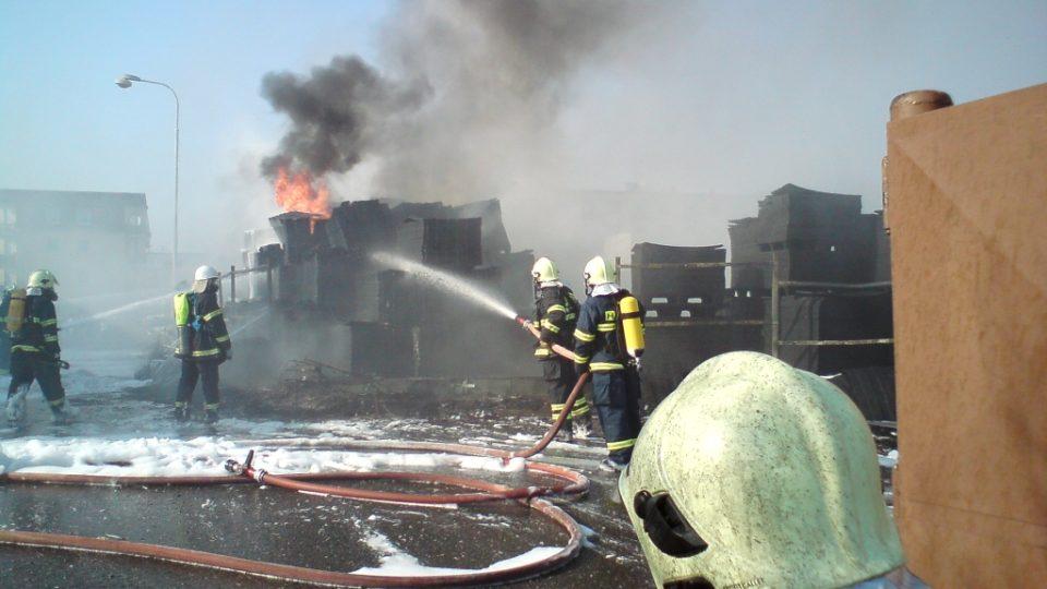 Hasiči u požáru firmy Transform v Lázních Bohdaneč v roce 2011