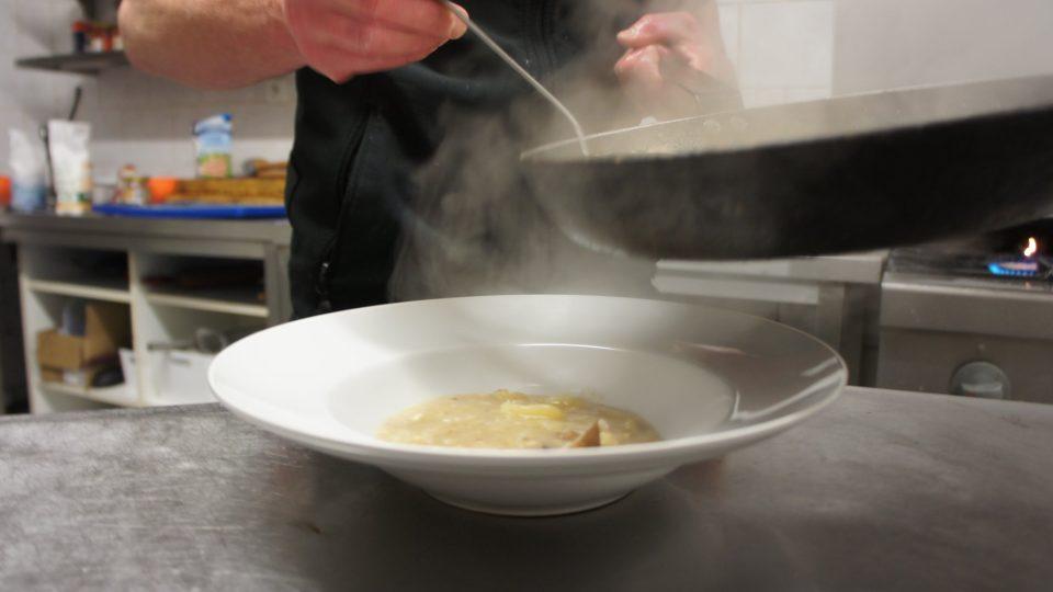 Šéfkuchař Radek Zidka z Hostince a pensionu U paní Berty předvedl, jak si kyselo uvařit dle tradičního receptu