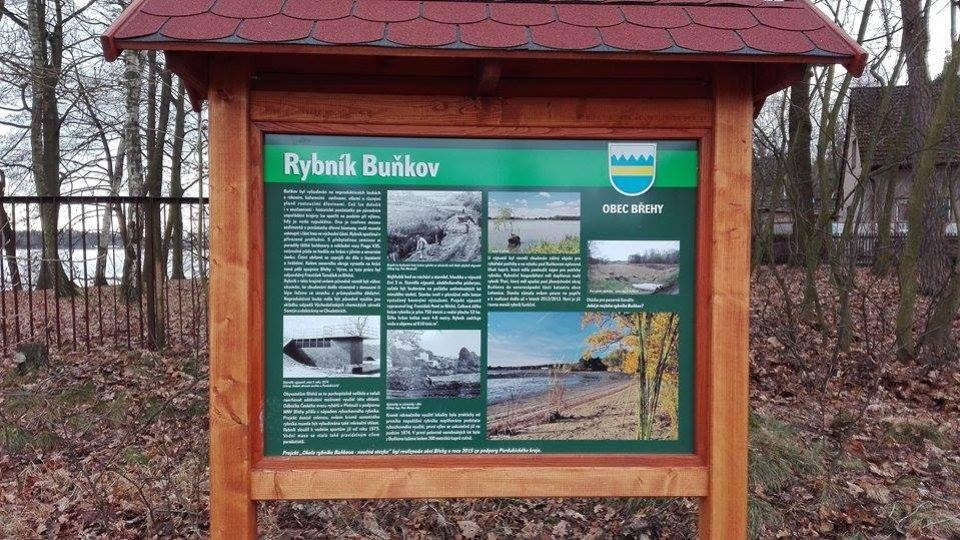 Informační tabule vás seznámí s historií obce a rybníku Buňkov