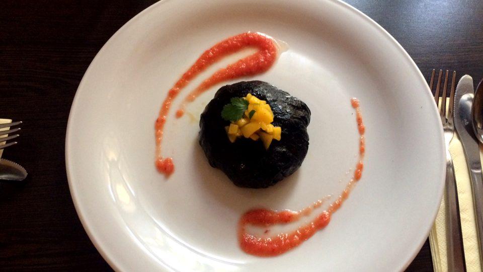 Šáteček z mořské pěny plněný mangovým relishem a jemně pikantní omáčkou