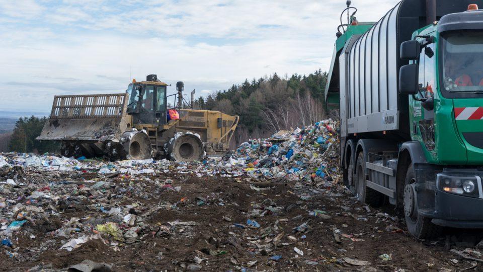 Okamžitě po vysypání odpadu ho kompaktor začne rozhrnovat