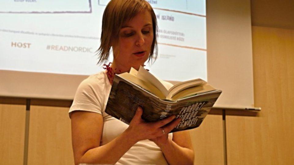 Barbora Gregorová z brněnské pobočky Skandinávského domu čte z knihy Kima Leina Proroci z fjordu věčnosti