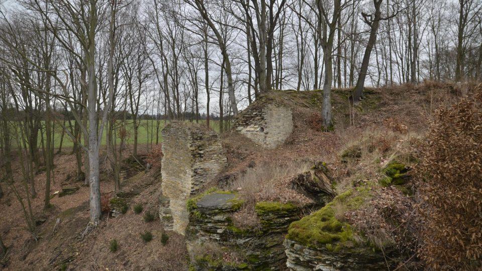 Dodnes se zachoval čtverec zdí původního paláce s kolmými válcovitými otvory pro dřevěnou konstrukci a s hradbou z lomeného kamene