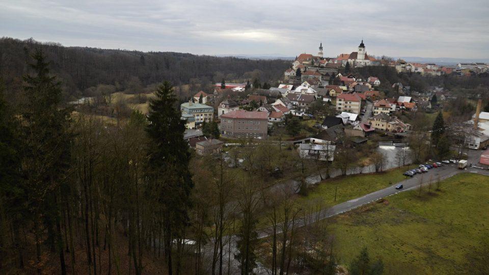 Výhled na město z hradu Výrov