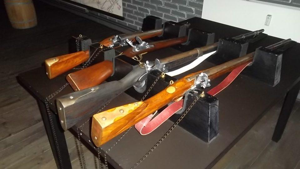 Můžete si potěžkat historické zbraně
