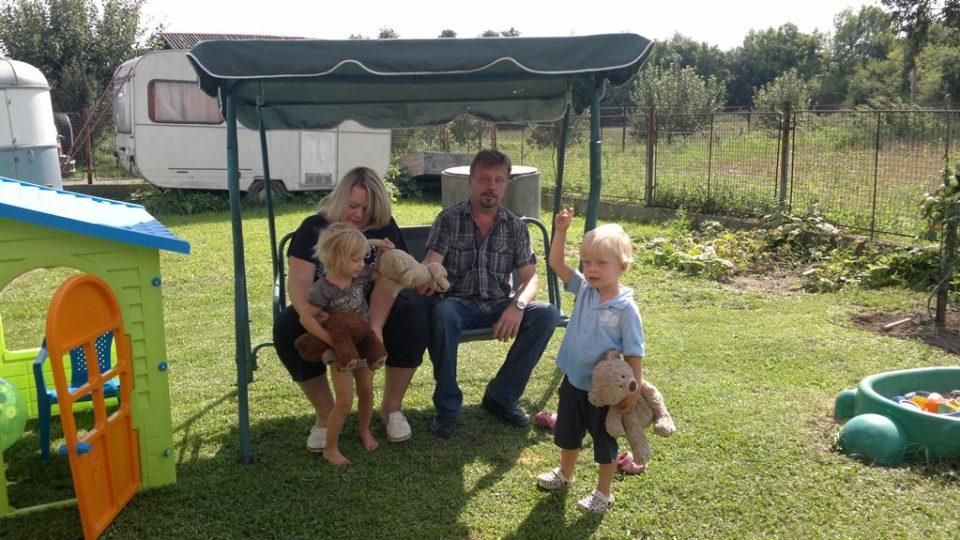 Martina na zahradě s rodinou.jpg