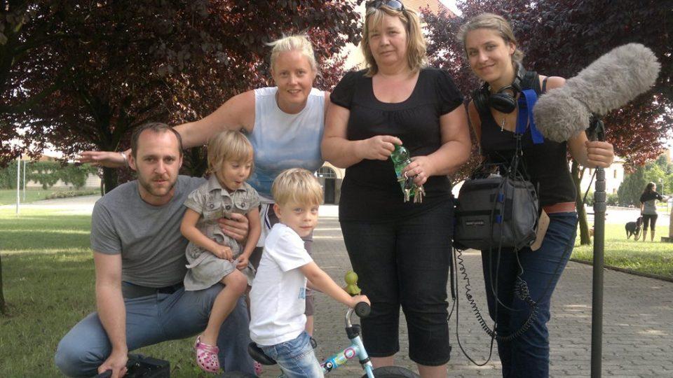 Martina s rodinou a televizním štábem během natáčení.jpg