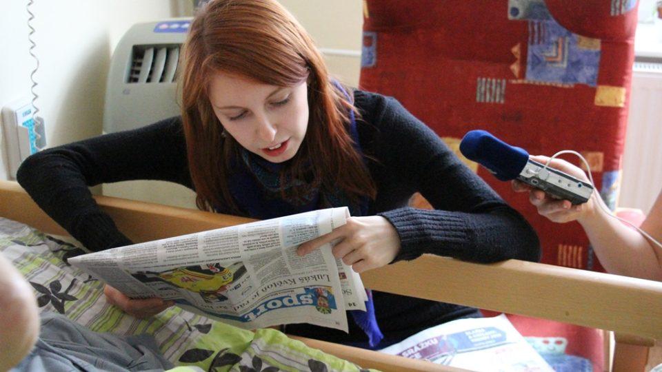 Anna Voleníková chodí za seniory jednou týdně, vypráví jim, co se děje ve městě, nebo čte noviny