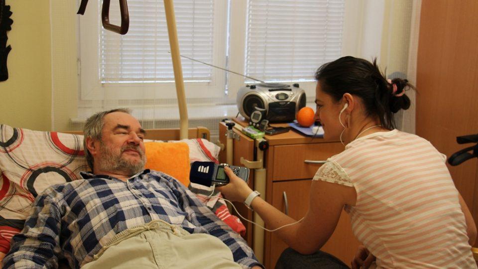 Pan Josef je jedním ze seniorů, jehož navštěvují dobrovolníci. Pochvaluje si to