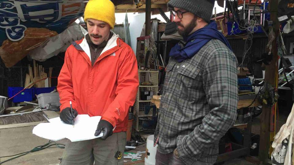 S Joshem Pittsem a Jeffersonem Mossem jsem se setkala týden a půl před průvodem na zahradě, která připomínala spíš skladiště a dílnu v jednom
