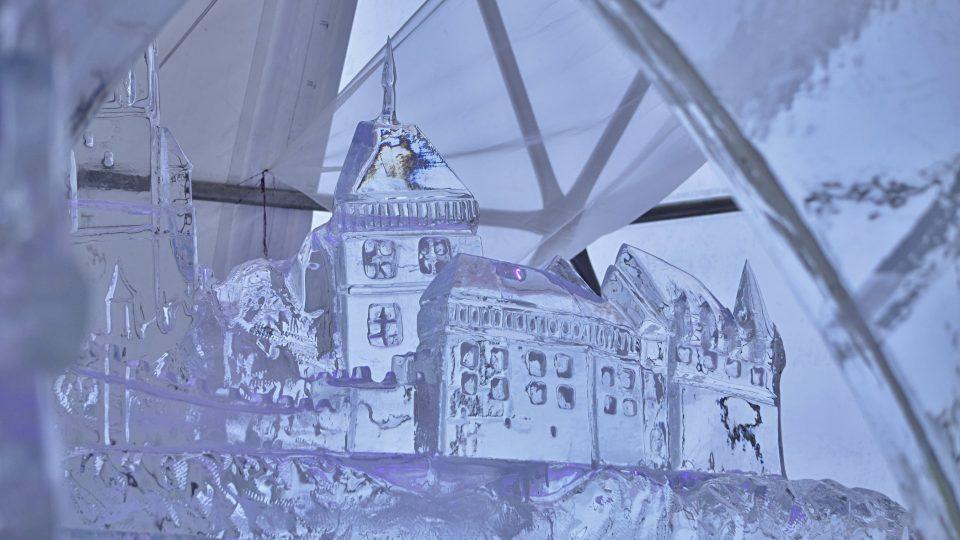 Z ledu najdete i vypracovaný detailní Karlštejn