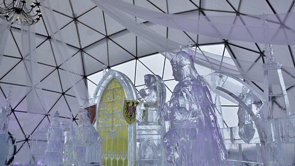 Sochy z ledu vytvořil tým sedmi sochařů v čele s akademickým sochařem Františkem Bálkem, který se ledovými sochami zabývá už od roku 1989